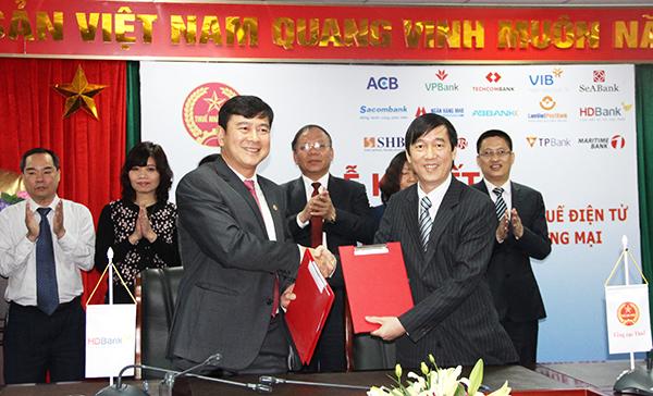 Đại diện HDBank và đại diện Tổng cục Thuế ký kết thỏa thuận