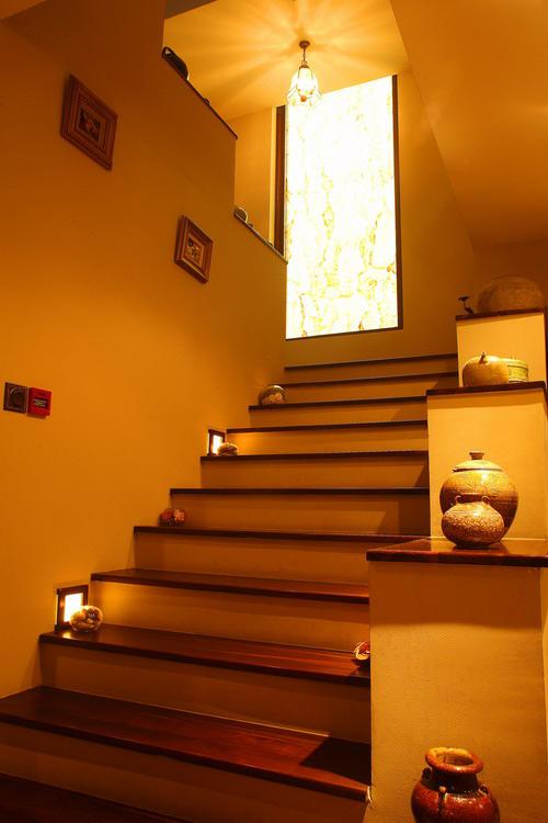 Những bình gốm sẽ tạo nên nét sang trọng cho cầu thang nhà bạn.