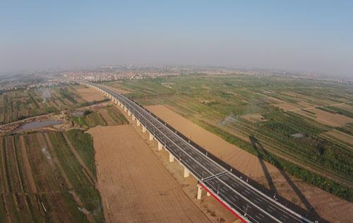 Hai bên tuyến đường Nhật Tân - Nội Bài có vị trí đẹp, phù hợp để xây dựng thành khu đô thị đồng bộ, hiện đại. Ảnh: Hoàng Hà