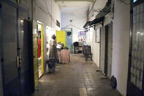 Những cửa hàng quần áo bên trong chung cư Tôn Thất Đạm.