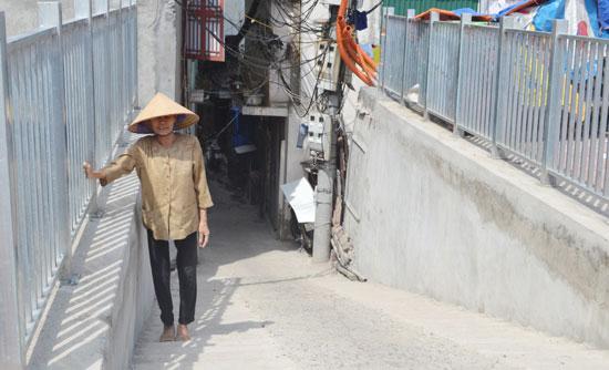 Một ngõ đi chung được xây dựng lại cho người dân sống dưới chân đê Trần Khát Chân.