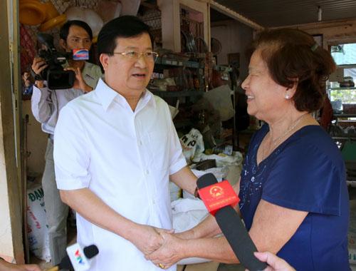 Phó Thủ tướng thăm gia đình bà Nguyễn Thị Hai (xã Suối Trầu, huyện Long Thành). Ảnh: VGP/Xuân Tuyến