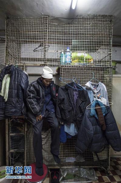 Bà A Xiong (63 tuổi) sống trong chiếc lồng sắt rộng 4,5m2 với số tiền thuê là 200USD (khoảng 4 triệu đồng) tại Hong Kong
