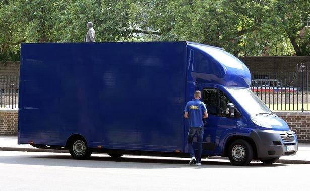 Chiếc xe tải dọn nhà đến tòa nhà số 10 Phố Downing - Ảnh: Mirror