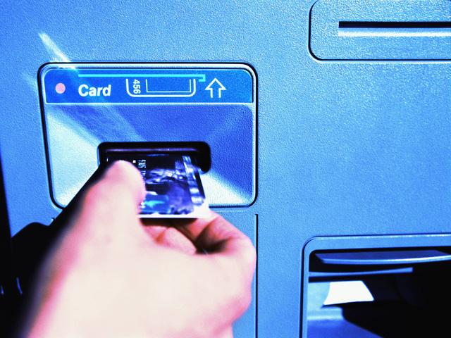 Cẩn thận trước thủ thuật ăn cắp thẻ ATM vô cùng tinh vi và nguy hiểm này ảnh 1