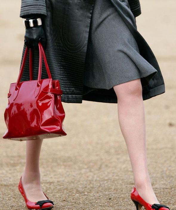 Ngày 22/11/2011, bà May ton-sur-ton từ trang phục tới phụ kiện khi lựa chọn đôi giày đỏ họa tiết đen nổi bật.