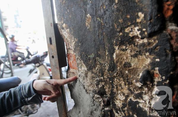 Chị Hoa (một hộ dân) cho biết: Tường bị nứt nhiều nơi nên chúng tôi thường xuyên phải trát vữa lên để che vết nứt. Vì căn nhà đã xập xệ nên các hộ đều lo đến nối mất ăn mất ngủ nhất là vào mùa mưa.