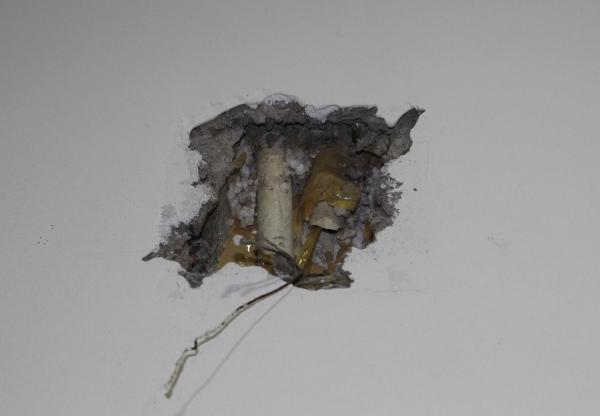Trên tường, dây điện lòi ra trông hết sức phản cảm.