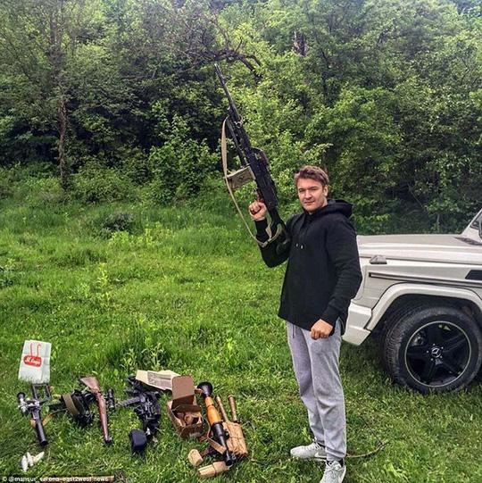 Bức ảnh khoe vũ khí hạng nặng khiến hội con nhà giàu nước khác cũng phải choáng váng. Ảnh: Richrussiankids-easttowest