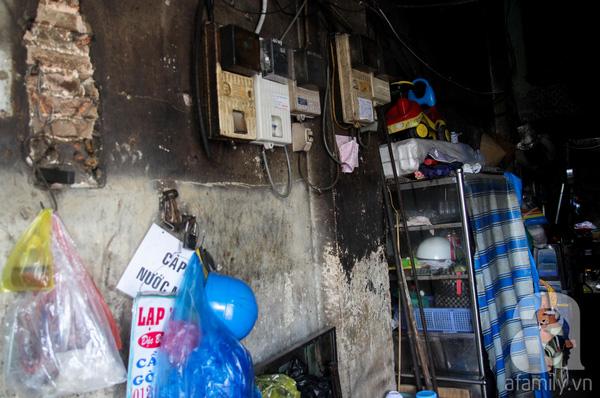 Bên trong một căn hộ của biệt thự với phần tường bị cháy xém, nứt nẻ, ngổn ngang dây điện, đồ đạc. Mỗi hộ được chia một căn nhà nhỏ chưa đến 20m2. Như chỗ tôi ở trước kia là góc bếp nên mới cháy xem như vậy. Chúng tôi ở đây từ sau năm 1975, do ở ngay mặt tiền, tiện buôn bán nên sống bất tiện cũng phải ráng chịu,chị Hoa nói