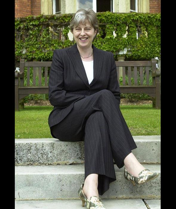Theresa May khoe đôi giày lạ mắt vào năm 2013. Dễ dàng nhận thấy, giày dép chính là điểm nhấn trong bộ trang phục, tạo nên sự khác biệt và thể hiện cá tính của bà May.