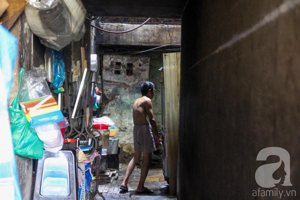 Phòng ốc, nhà vệ sinh của các căn hộ xuống cấp nghiêm trọng, nhiều tấm vách của các gian phòng bị tách rời, nghiêng ngả.