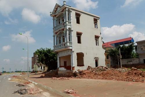 Nhiều khu vực, vỉa hè chưa thi công, nhiều ngôi nhà vẫn chưa được giải phóng mặt bằng.