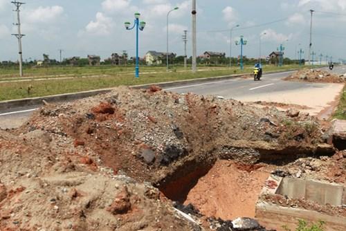 Một số điểm thi công ống thoát nước dồn đổ đất đá ngổn ngang lên mặt đường suốt nhiều ngày. Ông Phạm Hùng, người dân xã Mê Linh cho biết, tuyến đường được thông xe nhưng chưa từng sử dụng như các tuyến cao tốc khác. Người dân địa phương chỉ lái xe máy, ô tô con theo đường liên thôn để ra ngoài.