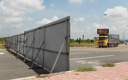 Các phương tiện là xe tải, xe khách bị cấm chặn từ xa.
