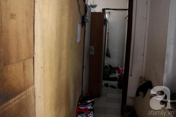Bên trong căn nhà được cơi nới thành nhiều phòng nhỏ bằng tấm ván để cho sinh viên thuê. Vì nơi này gần trường học nên sinh viên chấp nhận cảnh sống khá tù túng, nhếch nhác ở đây.