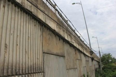 Theo ghi nhận của phóng viên Tiền Phong,tại một số trụ bê tông dẫn lên cầu vượt đường sắt, thuộc Dự án trục đường phía Nam đoạn qua địa phận phường Kiến Hưng (quận Hà Đông) còn tồn tại nhiều vật lạ như: vỏ chăn, đệm, giẻ rách… xen giữa các lớp bê tông.