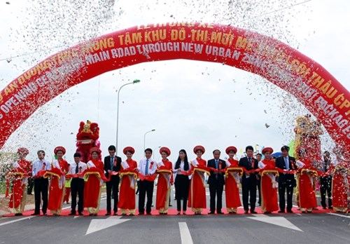 Sáng 14/5, UBND tỉnh Vĩnh Phúc và UBND thành phố Hà Nội đã phối hợp tổ chức lễ thông xe Dự án đường trục trung tâm Khu đô thị mới Mê Linh.