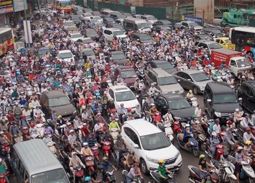 Nhiều tuyến đường Hà Nội thường xuyên bị ùn tắc kéo dài. Ảnh: Anh Trọng