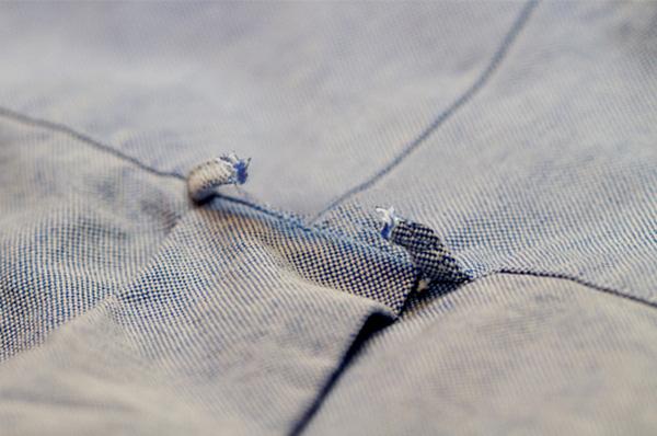 Nếu nhìn thấy vòng tròn sau áo sơ mi bị rách, bạn sẽ biết chàng trai đó có thể đã có người yêu.