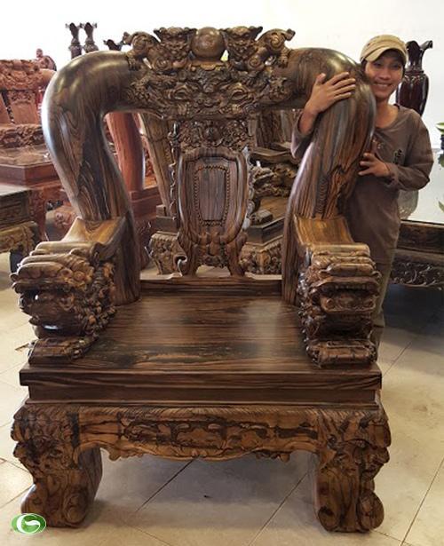 Bộ bàn ghế có hoa văn đẹp và kích thước khủng