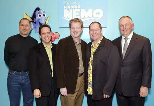 Đạo diễn Andrew Stanton (giữa) chụp ảnh với Jobs trong ngày ra mắt Finding Nemo.