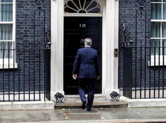 Ông Cameron quay trở vào văn phòng thủ tướng sau khi phát biểu hôm 11-7. Ảnh: Reuters