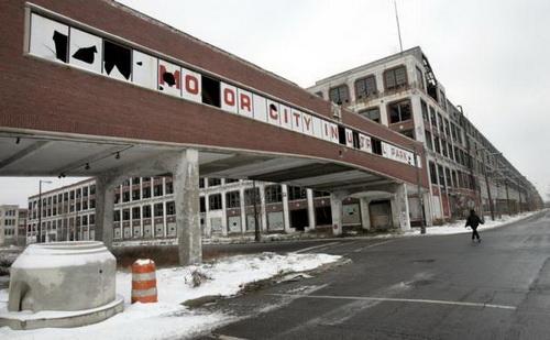 Nhà máy sản xuất xe hơi Packard Motor tại Detroit ngưng hoạt động từ những năm 1950, và bị bỏ hoang từ đó cho đến nay.