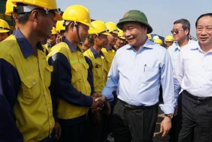 Thủ tướng Nguyễn Xuân Phúc kiểm tra công tác vận chuyển hàng hóa tại ga Trảng Bom- Đồng Nai. Ảnh: T.L
