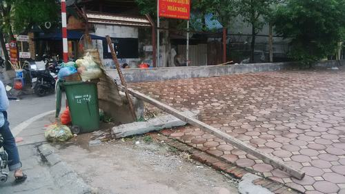 Cửa vào dự án là nơi tập kết rác thải