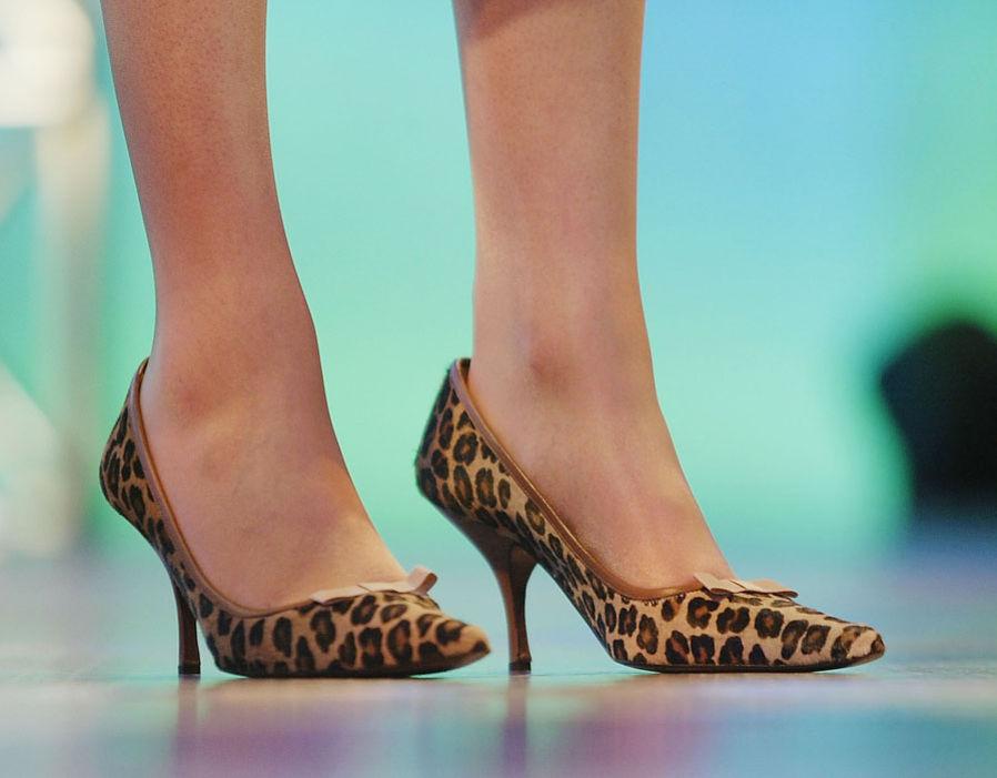 Cùng ngày hôm đó, bà lựa chọn đôi giày cao gót da báo tinh tế để tham dự Hội nghị đảng Bảo thủ.