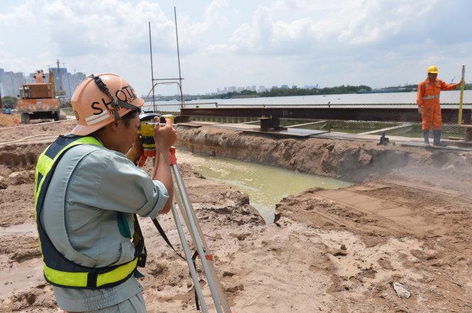 Chuyên gia Nhật Bản cùng các kỹ sư Việt Nam tại cảng Ba Son trưa 13-5 - Ảnh: Quang Định