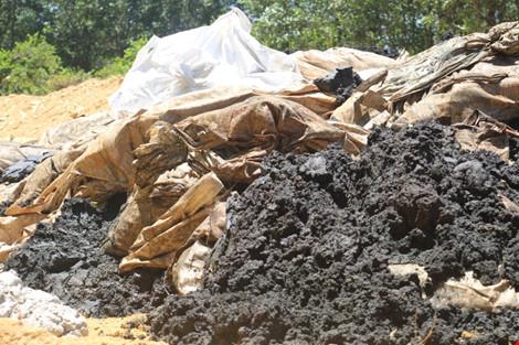 Rác thải từ nhà máy ở dự án Formosa Hà Tĩnh đưa lên đổ vào trang trại.