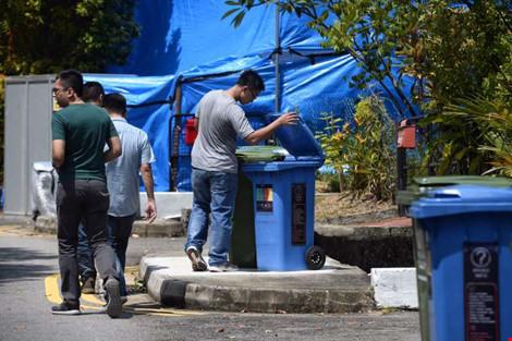 Cảnh sát mặc thường phục kiểm tra khu dân cư. Ảnh: STRAITS TIMES