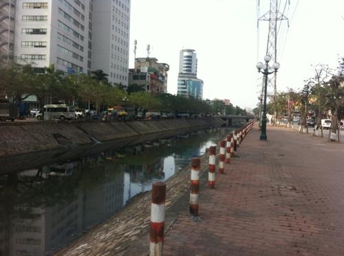 Tuy nằm khá gần các khu tiện ích nhưng tòa chung cư lại nằm ngay sát mặt đường Tam Trinh, bên cạnh dòng sông Kim Ngưu
