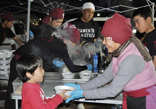 Mì ramen miễn phí được cung cấp cho người dân bị nạn tại thị trấn Mashiki. Ảnh: Japan Times