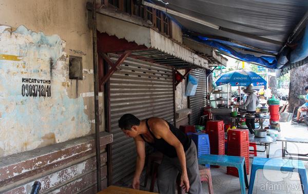 Sau năm 1975, căn nhà được chia nhỏ cho nhiều hộ kinh doanh. Hiện nay, các cửa hàng buôn bán đã đóng cửa, nhiều người bán rong tranh thủ tận dụng làm nơi buôn bán thức ăn, nước uống. Trên tường, mảng vôi vữa bong tróc, với nhiều rao vặt nhếch nhác.