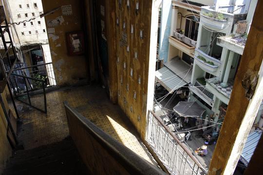 Chung cư đã xuống cấp trầm trọng, không đảm bảo vệ sinh và an toàn để sinh sống, nhiều hạng mục công trình đã bị hư hại theo thời gian như: ban công, vách tường bị nứt…