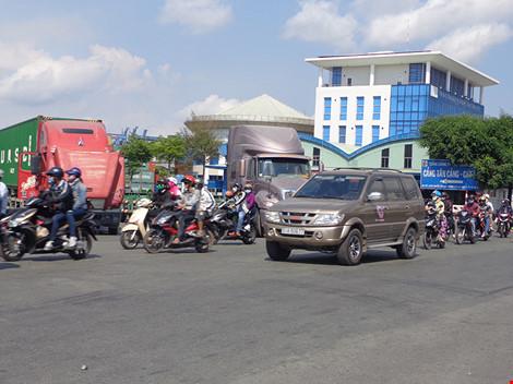 Cổng chính cảng Cát Lái trên đường Nguyễn Thị Định luôn quá tải, kẹt xe.