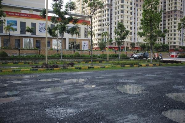 Trời mưa đọng nước gây nguy hiểm cho việc lưu thông của cư dân.