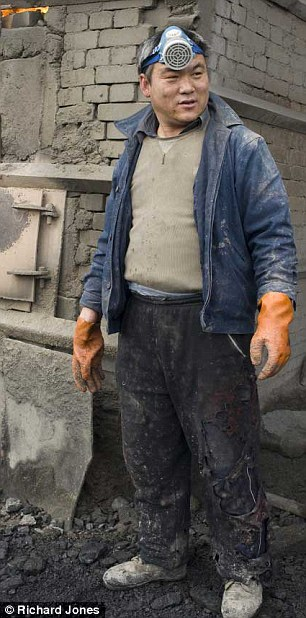 Một công nhân tại khu mỏ đất hiếm Bayan Obo.