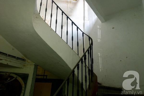 Cầu thang kiểu cổ bằng sắt trở nên vắng vẻ.