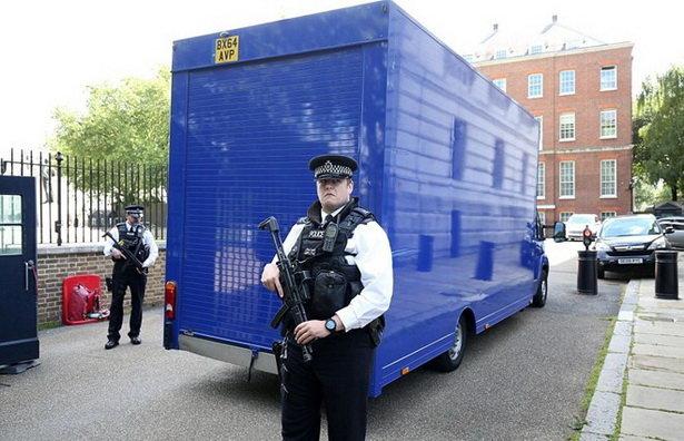 Chiếc xe tải chuẩn bị rời khỏi dinh thủ tướng cùng đồ đạc của gia đình Cameron - Ảnh: PA