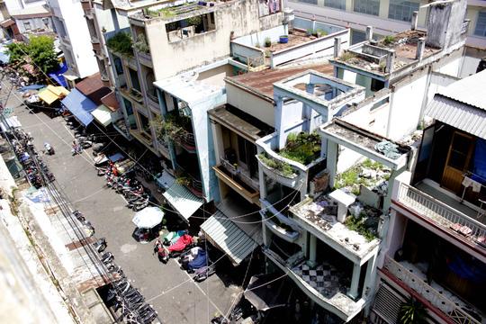 Trong hai năm qua, TP HCM đã tháo dỡ, di dời khoảng 70 chung cư cũ với hơn 7.200 hộ dân. Hiện thành phố đang có kế hoạch xây mới hơn 60 lô chung cư cũ với quy mô hơn 9.000 căn hộ.