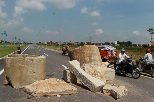 Chỉ một số phương tiện xe máy, xe tải loại nhỏ của người dân địa phương lưu thông nội bộ quãng đường này.