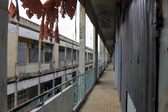 Năm 2006, UBND TPHCM chủ trương đầu tư khu căn hộ và trung tâm thương mại tại chung cư Cô Giang với quy mô 1,4 ha gồm 30 tầng, 1.092 căn hộ. Trong đó, gần 300 căn phục vụ cho tái định cư tại chỗ. Tổng chi phí bồi thường được phê duyệt hơn 1.500 tỉ đồng. Trong ảnh: Những căn hộ sau khi di dời đã được phong tỏa bằng tôn sắt.
