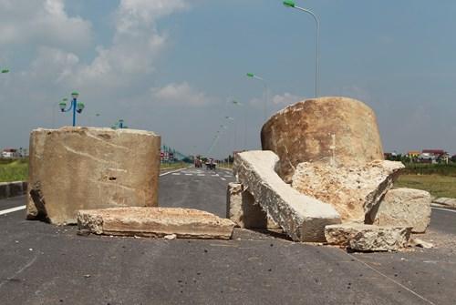 Ống cống bê tông chắn giữa đường.