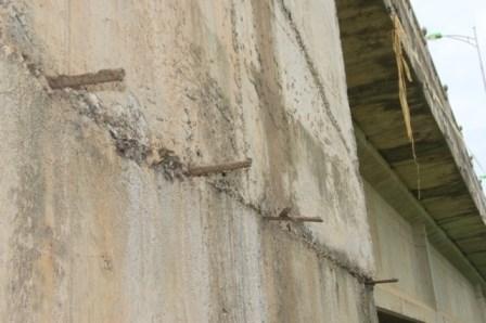 Một số khối bê tông vẫn để lộ ra những phần cốt thép thừa không cần thiết
