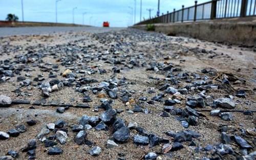 Dù hàng ngày các phương tiện vẫn lưu thông qua đây nhưng mặt cầu vẫn ngổn ngang vật liệu xây dựng, đá dăm khiến việc đi lại gặp khó khăn.