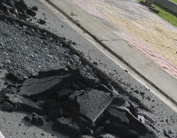 Đưa vào sử dụng chưa được bao lâu nhưng các con đường tại Era Town liên tục chắp vá.
